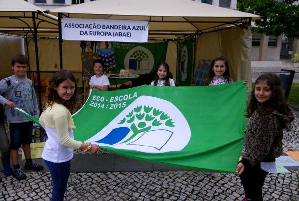 Os alunos do Centro Escolar de Sangalhos visitaram-nos e exibiram a sua bandeira Eco-Escolas com orgulho!